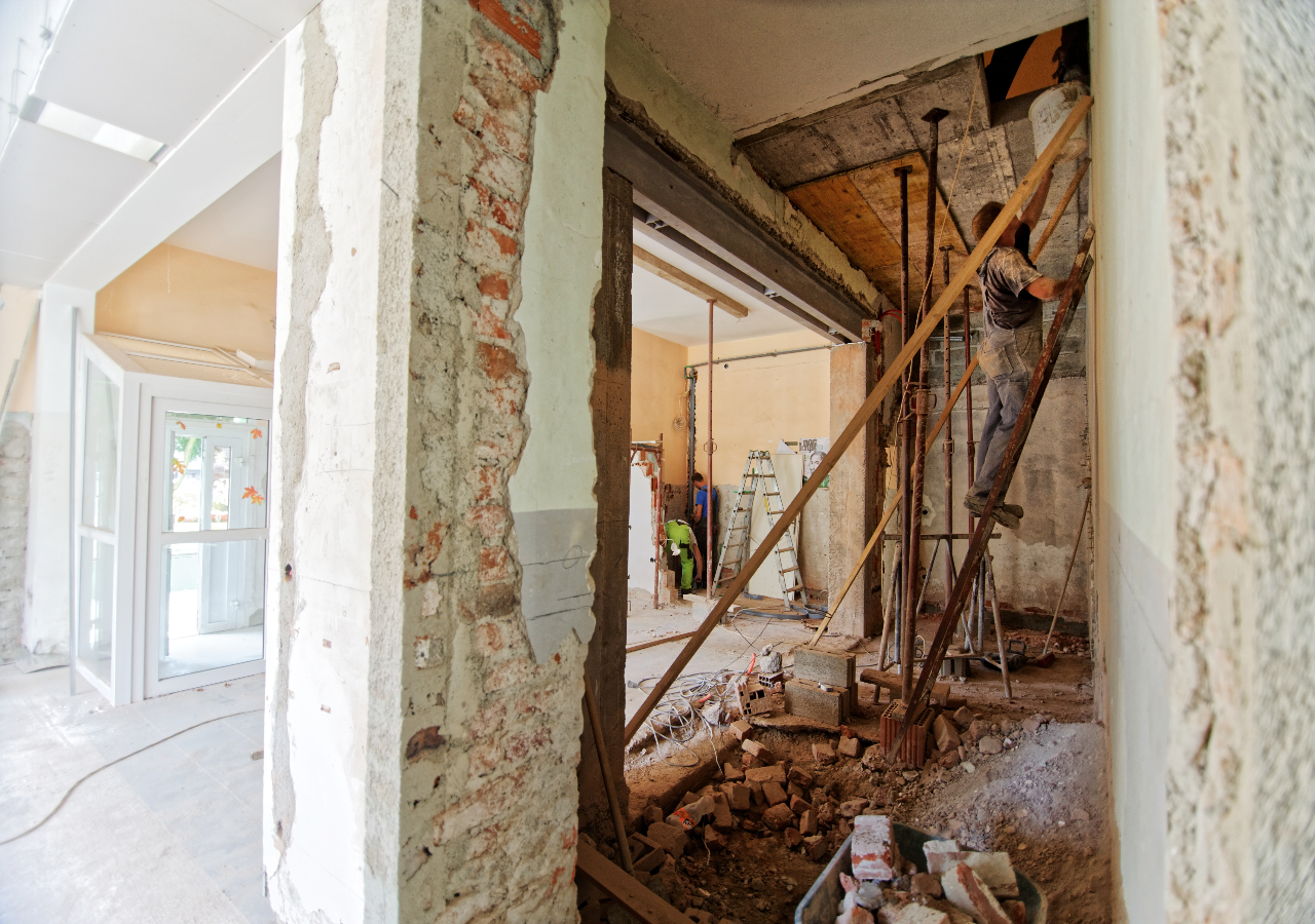 Gerade ältere Immobilien haben meist sehr viel Charm und Charakter. Aber mit steigendem Alter häuft sich auch die Anzahl der Reparaturen und irgendwann ist eine größere Renovierung / Sanierung unvermeidbar. Wir helfen Ihnen dabei Ihre Immobilie kosteneffizient zu modernisieren.